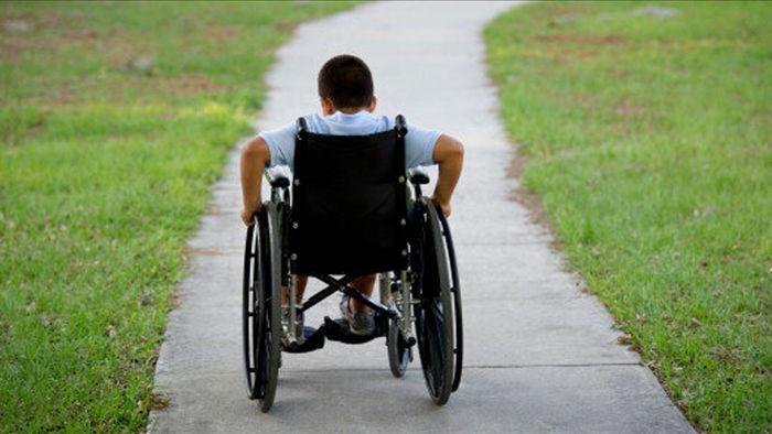 Sinh con đều phải ngồi xe lăn khi lên 10 vì bệnh di truyền khó phát hiện - 1
