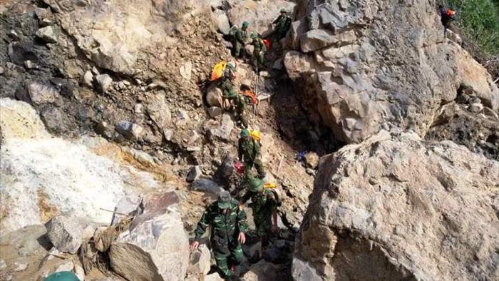 70 cán bộ, chiến sĩ băng rừng, vượt suối vào Phước Lộc tìm người mất tích