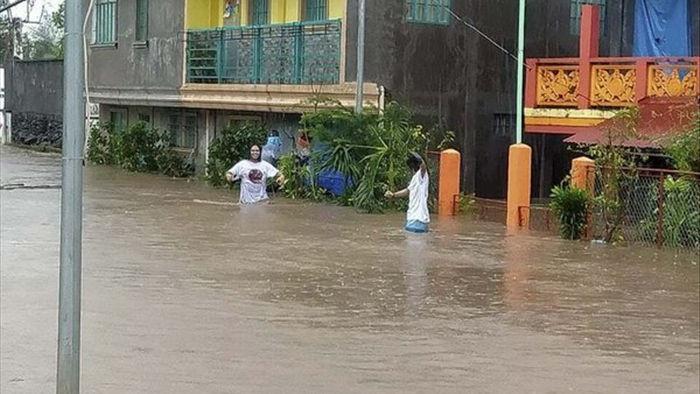 Siêu bão Goni gây vỡ đê, nhấn chìm hàng trăm nhà cửa tại Philippines