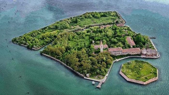 """Ớn lạnh khám phá đảo """"ma ám"""" bị bỏ hoang hàng thập kỷ ở Italia - 1"""
