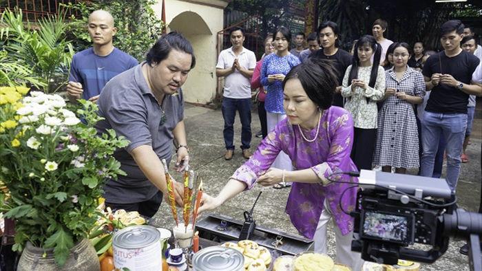 Việt Hương tình tứ với chồng trên phim trường Dương thế bao la sầu - Ảnh 1.