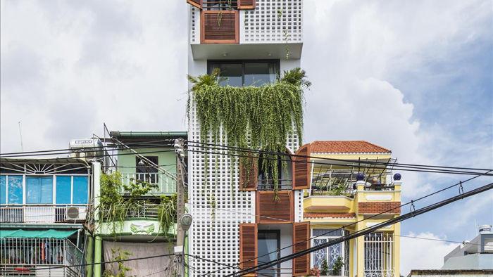 """Nhà ống Sài Gòn có chiều cao """"lênh khênh"""" với mặt tiền đặc rỗng lạ lùng - 1"""