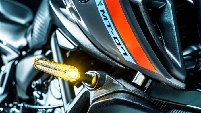 Đèn LED giờ được sử dụng trên cả đèn xi nhan với thiết kế dạng thanh đơn mảnh và toàn bộ xe được sơn đen bao gồm cả phanh và cần côn.
