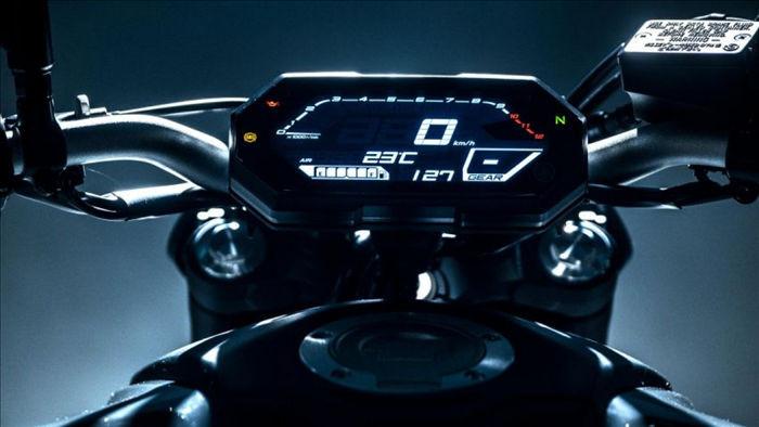 Màn hình LCD kỹ thuật số có giao diện mới hiện đại và trực quan hơn. Dải vòng tua máy được hiển thị phía trên, ở trung tâm là vận tốc trong khi cụm báo vị trí số nằm ở góc phải.