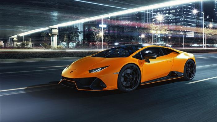 Những đường chỉ khâu tương phản, nắp che nút khởi động cùng logo Lamborghini được dập trên tựa đầu ghế sẽ được hoàn thiện với chỉ khâu cùng màu với màu ngoại thất mà khách hàng lựa chọn cho chiếc xe của mình.