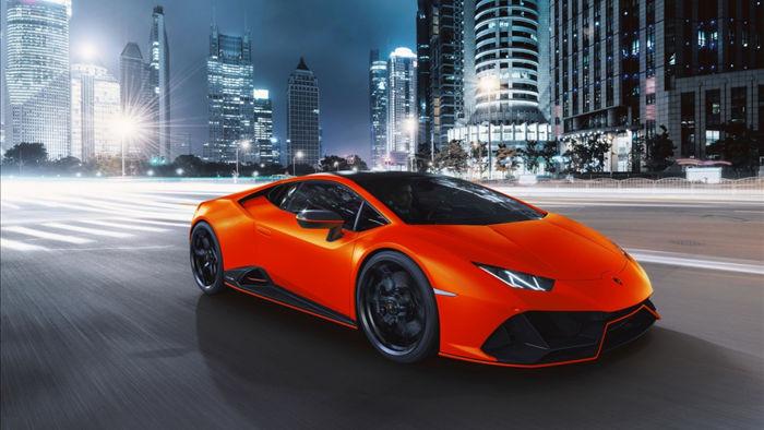 Sức mạnh này được truyền đến cả bốn bánh xe thông qua hộp số ly hợp kép 7 cấp, nhờ đó chiếc xe có khả năng tăng tốc 0-100 km/h trong 2,9 giây và vận tốc tối đa đạt 325 km/h.