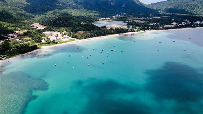 Cảnh vắng bóng du khách ở bãi biển trong xanh nhất thế giới - 1