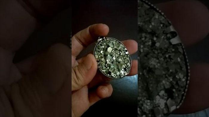 Hòn đá giá trăm tỷ/gam, không chứa vàng hay kim cương lại xấu xí khó tả