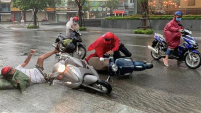 Bão số 12 đổ bộ: Di dời dân khẩn cấp, chìm tàu cá ở Khánh Hòa - 1