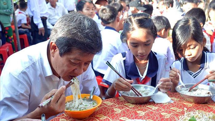 Ông Đoàn Ngọc Hải bưng phở mời học sinh ở U Minh