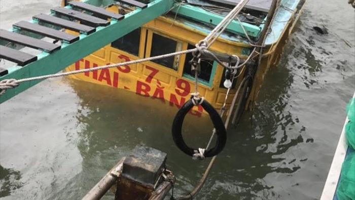 Bão số 12 đổ bộ: Di dời dân khẩn cấp, chìm tàu cá ở Khánh Hòa - 2