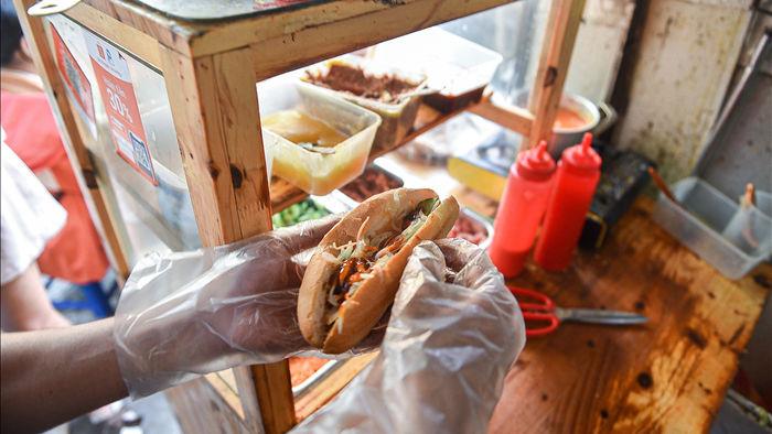 Bí mật món bánh mì nướng muối ớt giúp chủ quán bán 500 chiếc mỗi ngày - 6