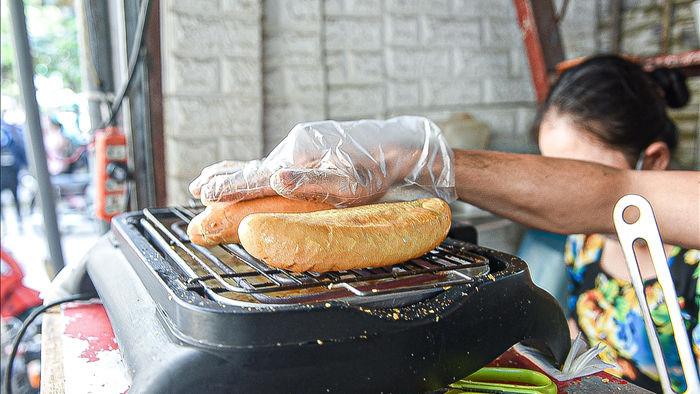 Bí mật món bánh mì nướng muối ớt giúp chủ quán bán 500 chiếc mỗi ngày - 4