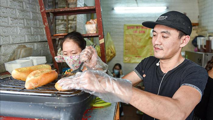 Bí mật món bánh mì nướng muối ớt giúp chủ quán bán 500 chiếc mỗi ngày - 3