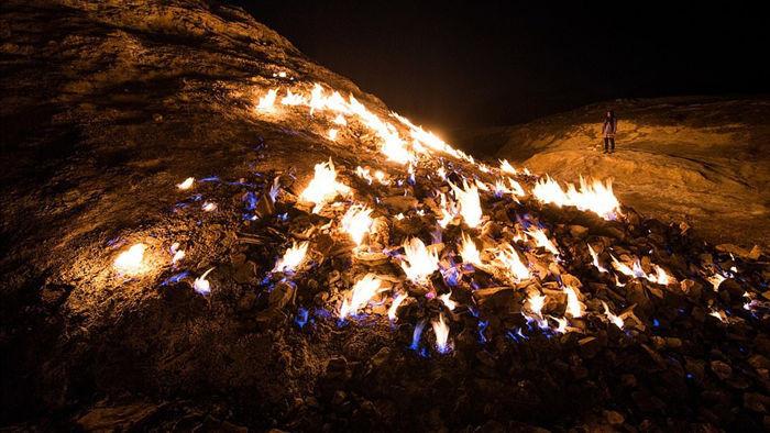 Du khách ùn ùn kéo đến xem sườn đồi tự bốc cháy ngùn ngụt - 3