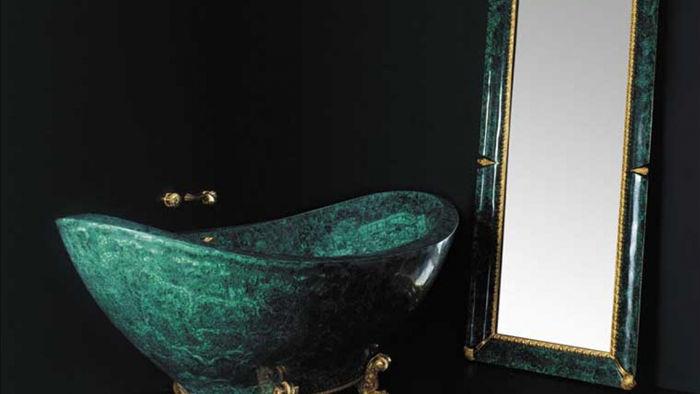 Baldi Malachite Bathtub do nhà thiết kế nổi tiếng người Italy Luca Bojola lên ý tưởng. Bồn tắm này được làm bằng đá quý và chân của nó được đúc bằng vàng 24k, được bán với giá 222.000 USD.