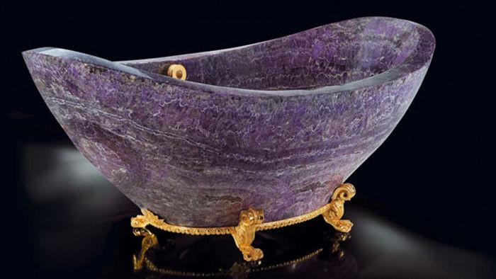 Mang màu sắc độc đáo, chiếc bồn tắm Baldi Amethyst Bathtub cũng có chân được làm bằng vàng ròng 24k. Giá của sản phẩm này là 121.200 USD.
