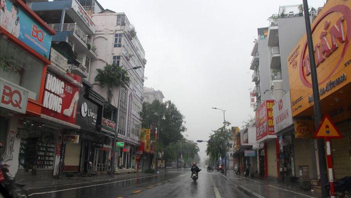 E ngại cơn bão mạnh, các cửa hàng ra sức băng bó, chống nạng - 8