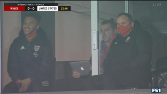 Ngồi trên khán đài, Gareth Bale thản nhiên theo dõi... đánh golf - 1