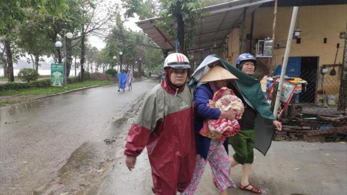 Ảnh: Quảng Trị, Huế chạy đua gia cố nhà, sơ tán dân trước giờ bão số 13 đổ bộ - 13