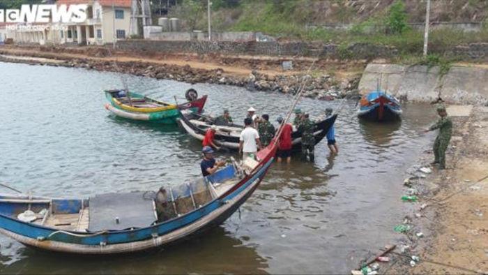 Ảnh: Quảng Trị, Huế chạy đua gia cố nhà, sơ tán dân trước giờ bão số 13 đổ bộ - 1