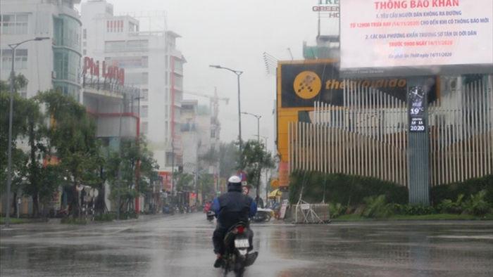 E ngại cơn bão mạnh, các cửa hàng ra sức băng bó, chống nạng - 1