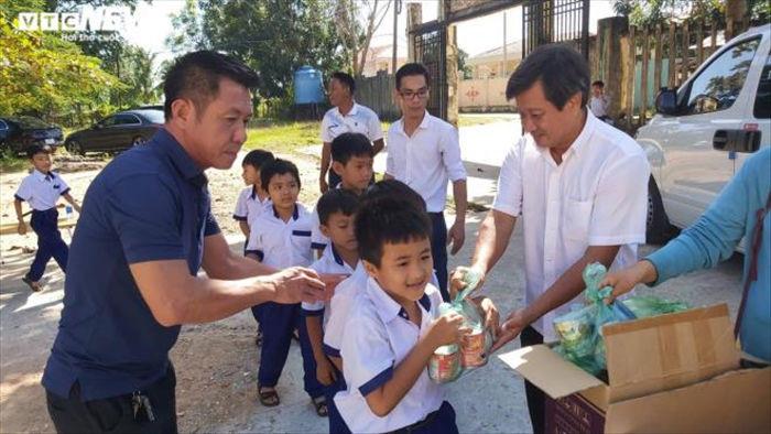 Ông Đoàn Ngọc Hải hứa tặng suất du lịch cho học sinh xuất sắc - 1