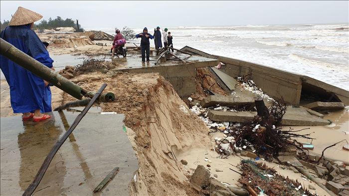 Bão số 13 tàn phá nhiều tuyến đê, kè biển miền Trung - 4
