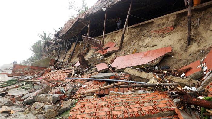 Bão số 13 tàn phá nhiều tuyến đê, kè biển miền Trung - 15