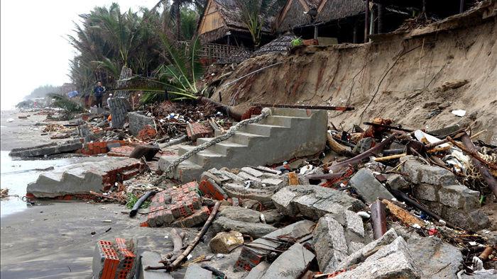 Bão số 13 tàn phá nhiều tuyến đê, kè biển miền Trung - 20