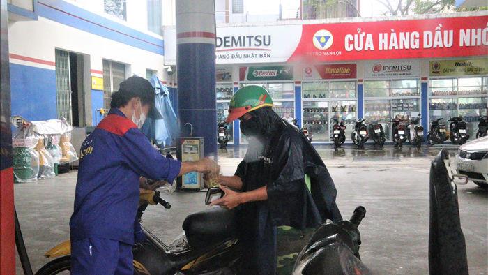 """Sợ mất điện do """"siêu bão"""", người dân Đà Nẵng đổ xô mua xăng dầu dự trữ - 3"""