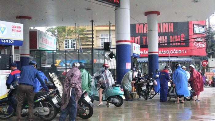 """Sợ mất điện do """"siêu bão"""", người dân Đà Nẵng đổ xô mua xăng dầu dự trữ - 1"""