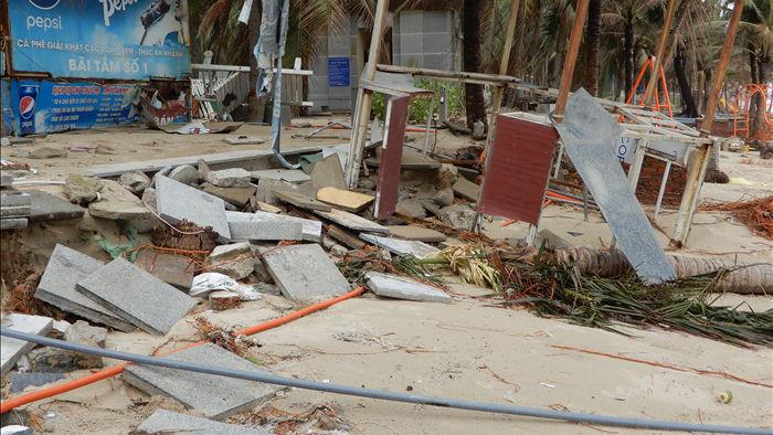 Bão số 13 tàn phá nhiều tuyến đê, kè biển miền Trung - 7