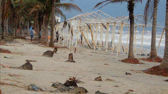 Bão số 13 tàn phá nhiều tuyến đê, kè biển miền Trung - 10
