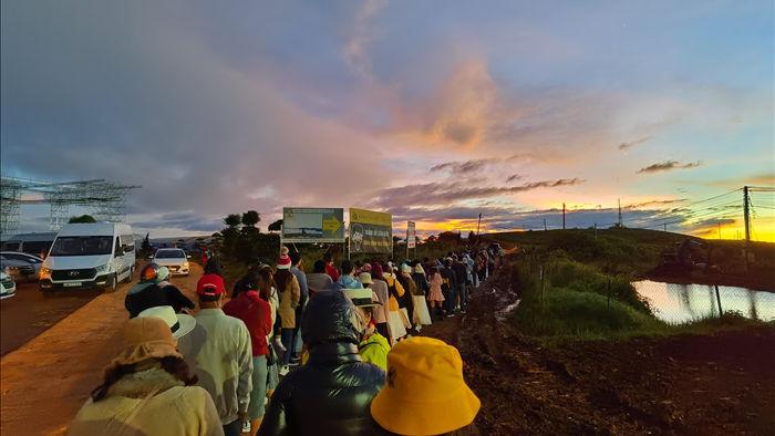 Hàng trăm du khách xếp hàng dài từ 5 giờ sáng để săn mây ở Đà Lạt - 2