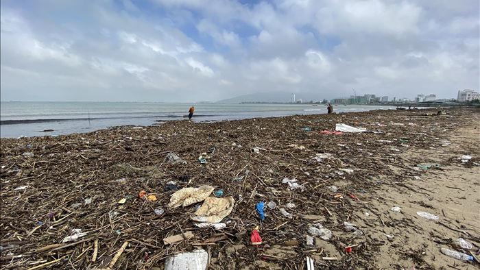 [Ảnh] Hơn 500 tấn rác dạt vào bãi biển Đà Nẵng - Ảnh 11.