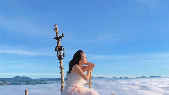Hàng trăm du khách xếp hàng dài từ 5 giờ sáng để săn mây ở Đà Lạt - 5