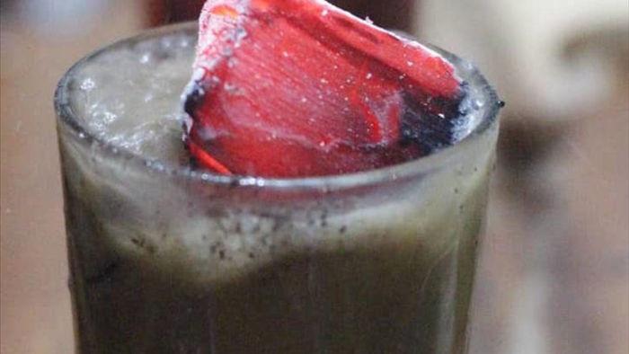 Bỏ nguyên cục than đang cháy đỏ vào ly cafe để thưởng thức - 1