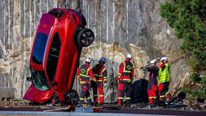 Volvo chịu chơi thả xe từ độ cao 30m xuống để thử nghiệm - 1