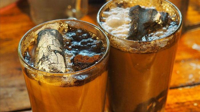 Bỏ nguyên cục than đang cháy đỏ vào ly cafe để thưởng thức - 2