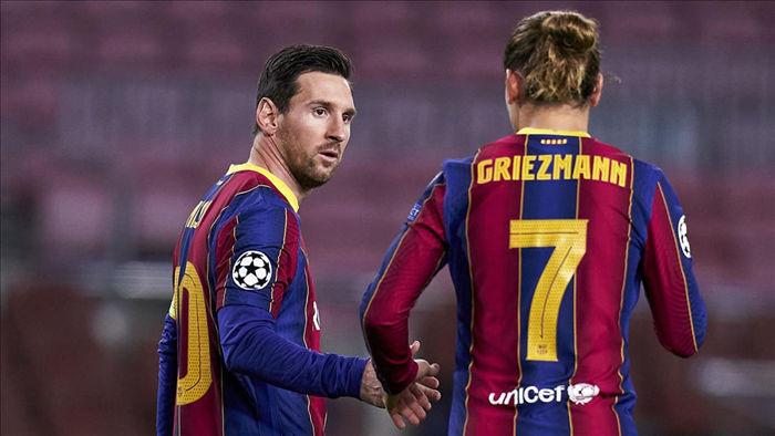 Messi và Griezmann được cho là bằng mặt nhưng không bằng lòng. (Ảnh: Getty)