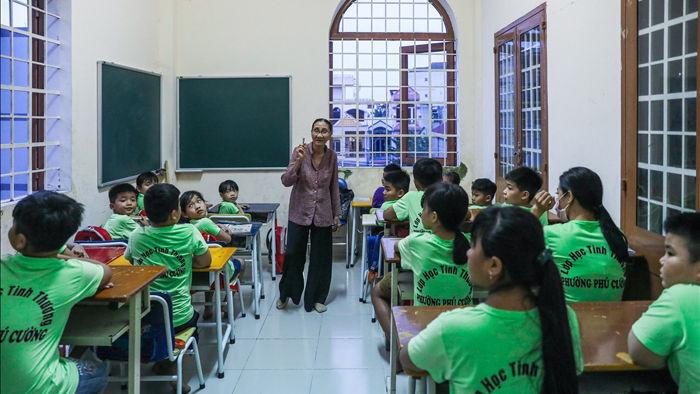 """Bà giáo U80 ngày bán vé số, tối đứng lớp """"gieo chữ"""" cho học sinh nghèo - 1"""