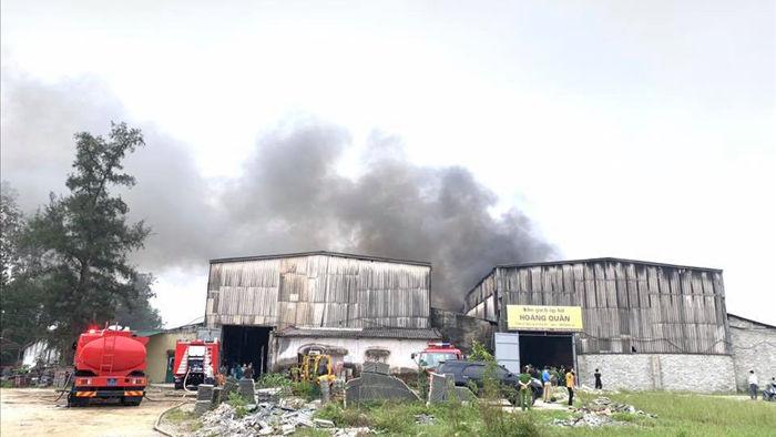 Cháy dữ dội ở kho sơn và hóa chất, khói lửa bốc cao hàng chục mét - Ảnh 1.