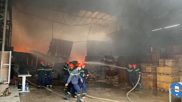 Cháy dữ dội ở kho sơn và hóa chất, khói lửa bốc cao hàng chục mét - Ảnh 6.