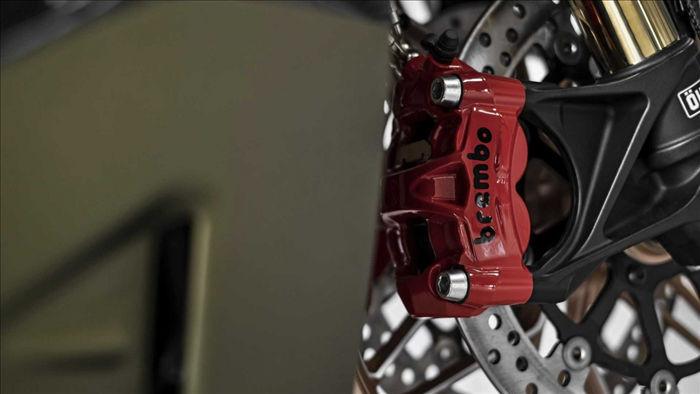 Mẫu xe này được trang bị bộ phuộc Ohlins, phanh Brembo M50 với cùm phanh đỏ,…