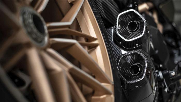Nhờ vào những chi tiết được làm bằng vật liệu nhẹ, chiếc mô-tô cao cấp của Ducati có khối lượng chỉ 220 kg.