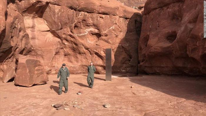 Phát hiện khối kim loại kỳ lạ giữa sa mạc Mỹ