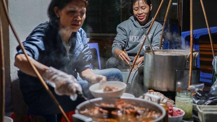 Gánh phở suốt 30 năm sáng đèn lúc nửa đêm ở Hà Nội