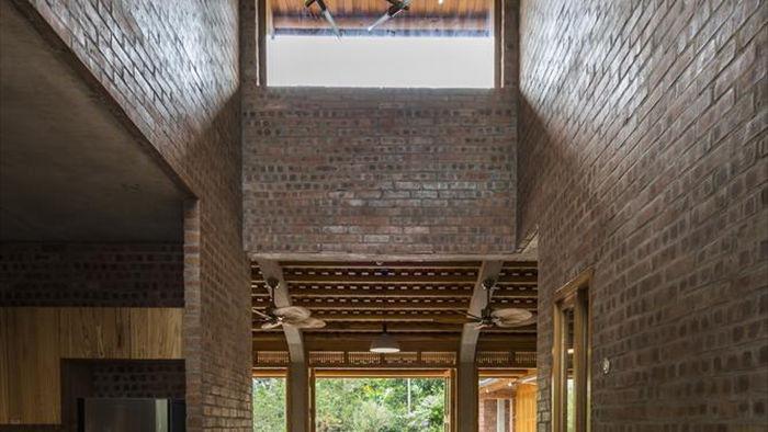 Gia đình ở Phú Thọ làm nhà gỗ xoan, mái ngói đẹp như biệt phủ - 8