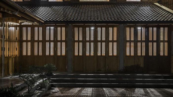 Gia đình ở Phú Thọ làm nhà gỗ xoan, mái ngói đẹp như biệt phủ - 13